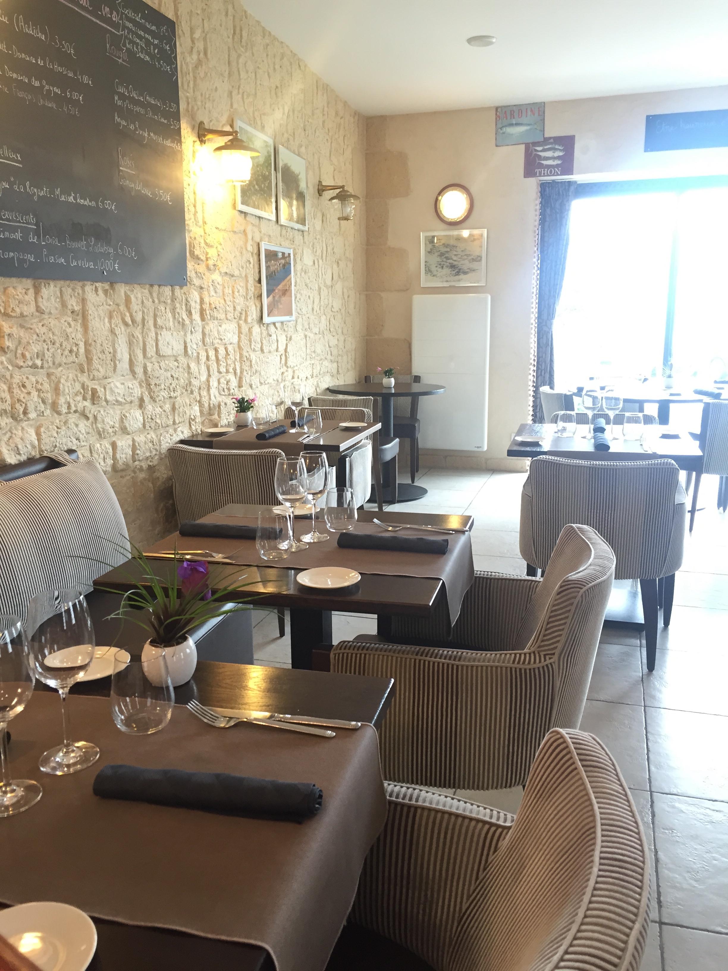 salle de restaurant tables espacées décoration épurée