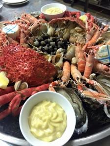 Plateau de fruits de mer disponible au restaurant L'estacade 4 quai du Lénigo sur le port du Croisic , produits extra frais cuisine maison mayonnaise maison et beurre Beillevaire