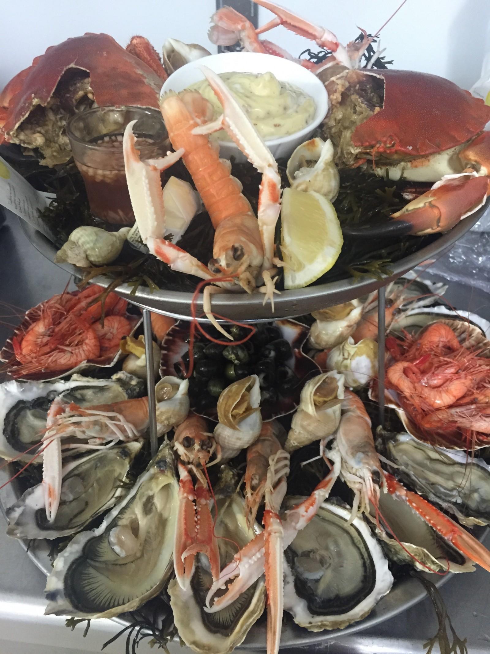 Plateau de fruits de mer , langoustines , crabes, bulots , bigorneaux , crevettes bouquets du Croisic